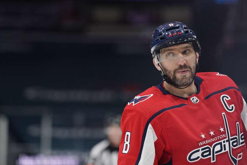 В очередном матче регулярного чемпионата НХЛ встречались команды Артемия Панарина и Александра Овечкина.