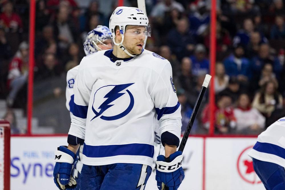 Клуб НХЛ Тампа продлил контракты с двумя защитниками