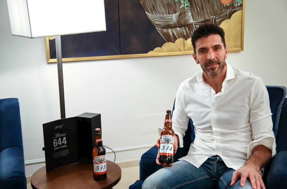Джанлуиджи Буффону досталось две коллекционные бутылки пива