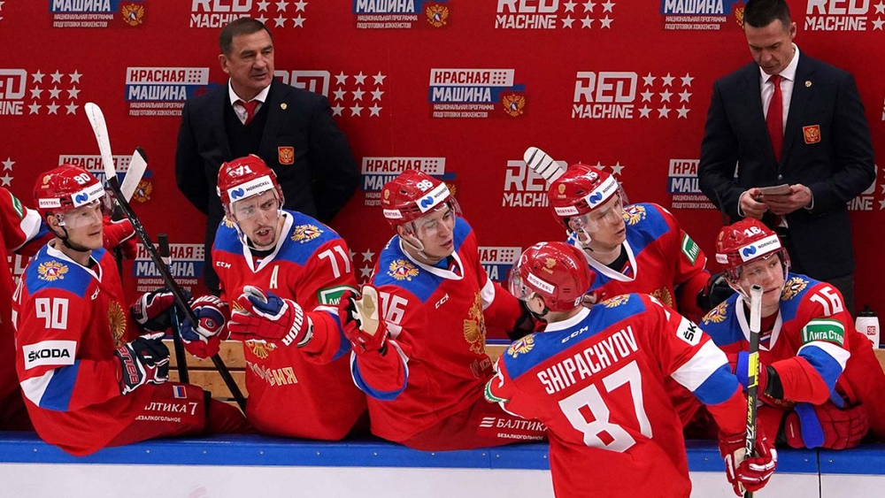 Партнёры по команде поздравляют Шипачёва с заброшенной шайбой
