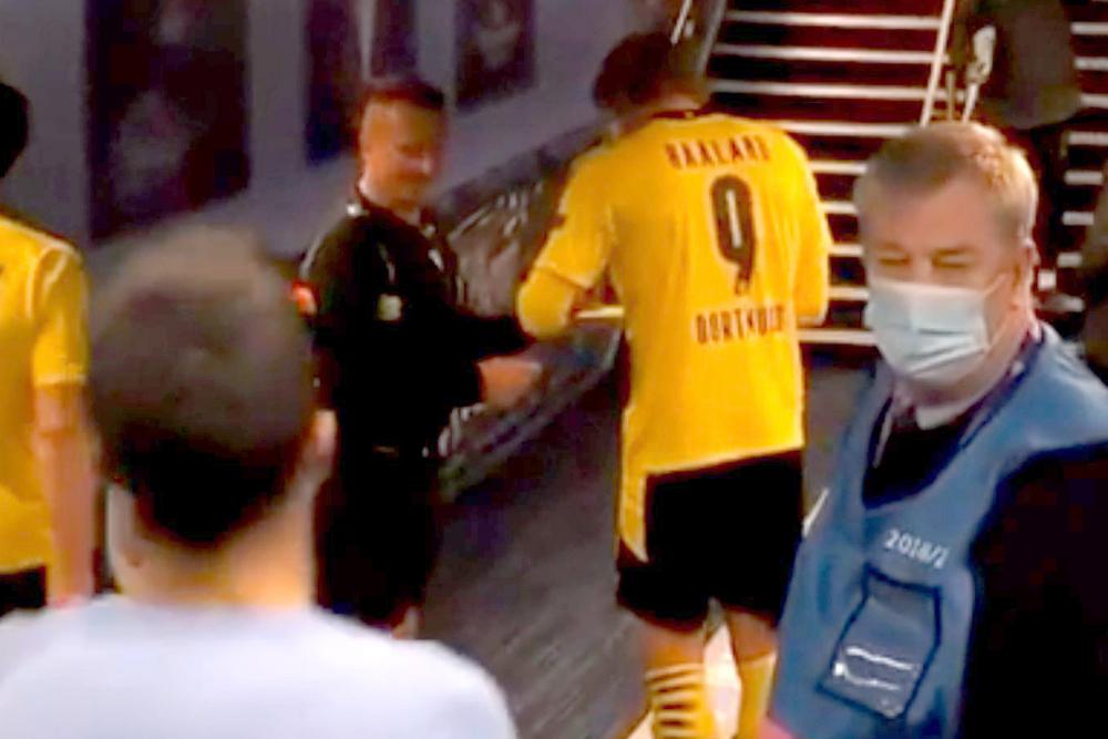 Судья Октавиан Шовре берет автограф у игрока «Боруссии» Эрлинга Хааланда