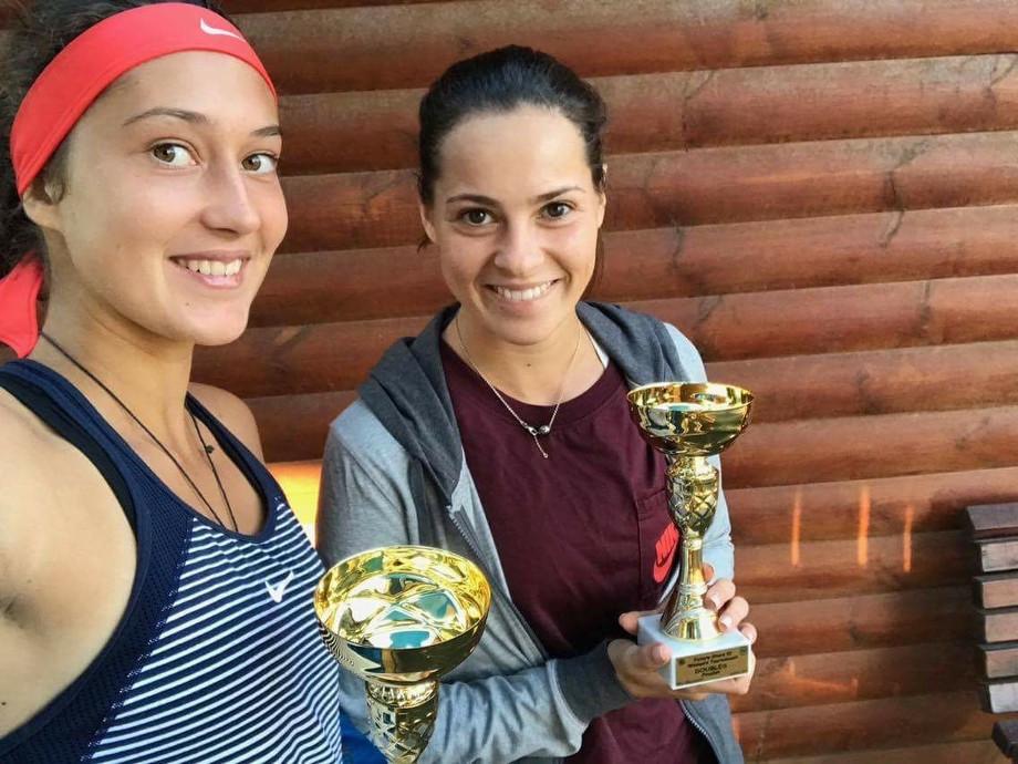 Софья Дмитриева (справа)