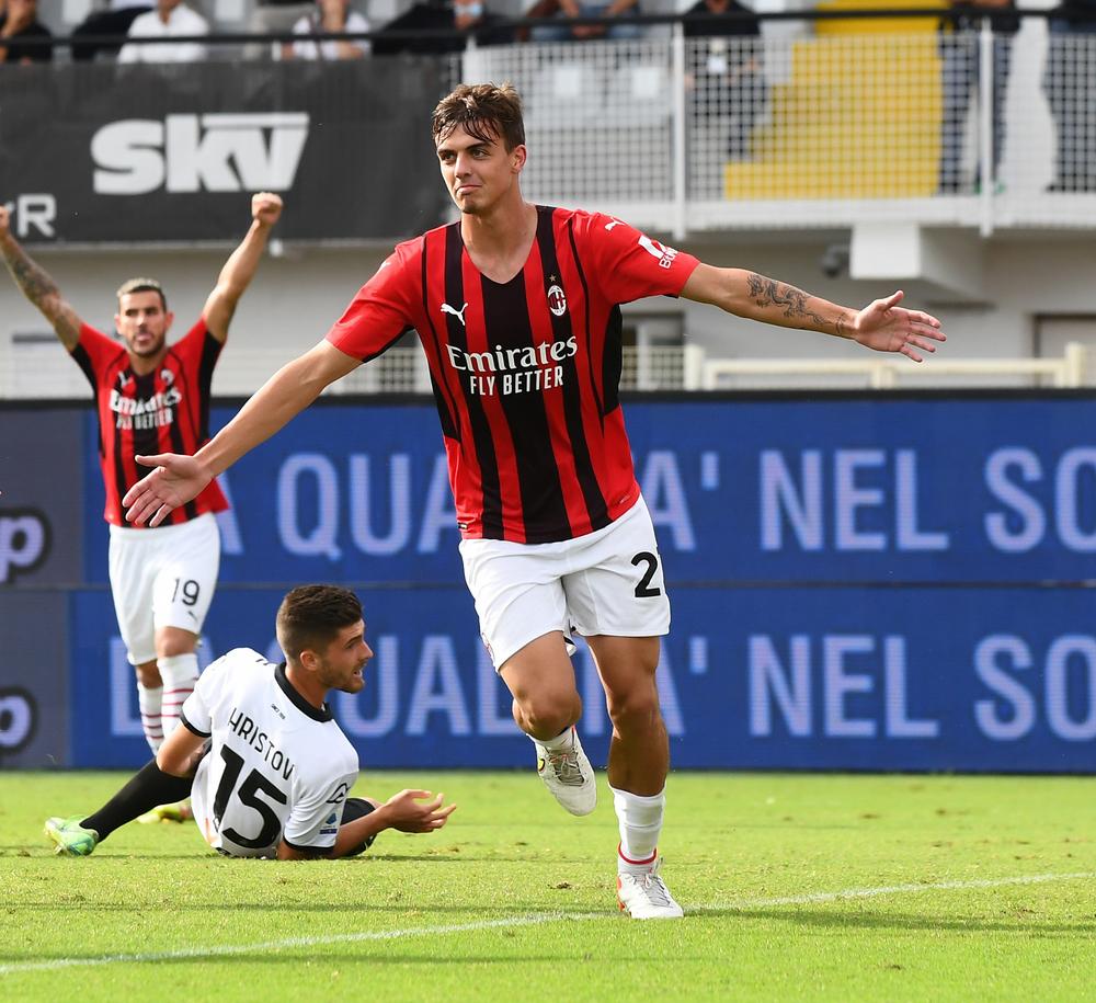 Даниэле Мальдини празднует первый гол за «Милан»