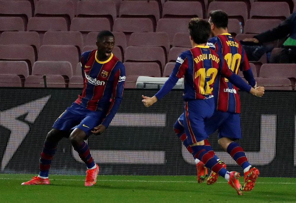 Игроки «Барселоны» празднуют гол